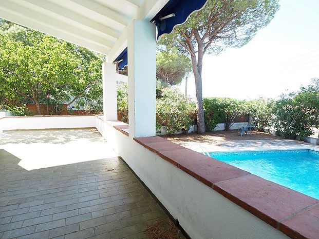 House of 90 m2 with large private pool located about 800 meters from the sea.