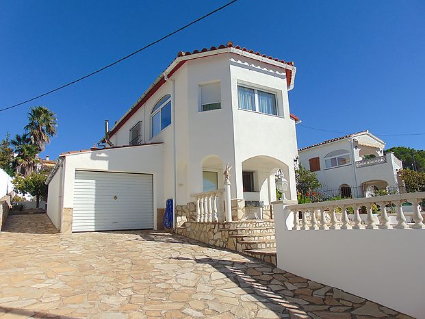Large detached house in the sector of Puig Sec of L'Escala with an area of 206m2 (153m2 habitable)