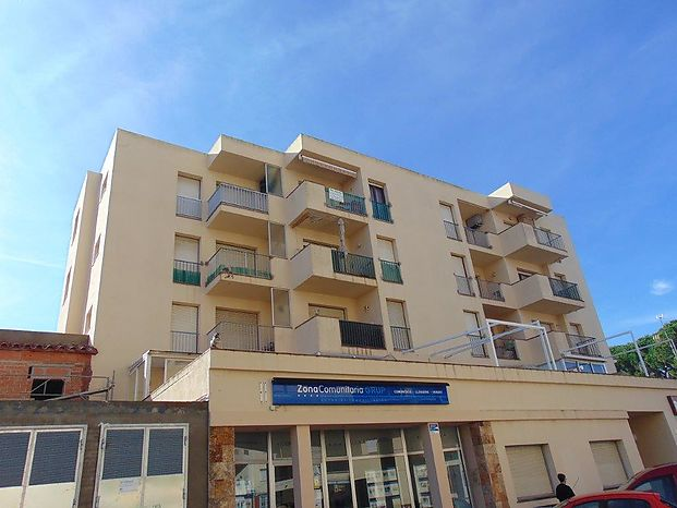 Apartment for sale with an area of 41 m2 in a very central building of Riells at 200 m of the beach.