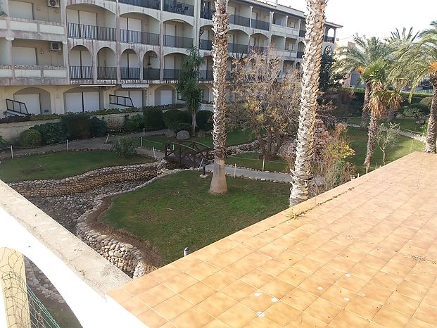 Apartment with a view on a landscaped community garden. Large parking.
