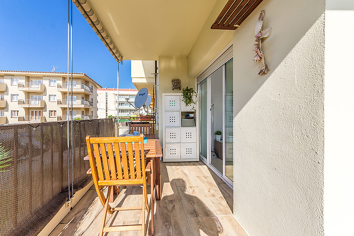 Completely renovated apartment of 56 m2, on the first floor and 280m from the beach and the seafront of l'Estartit.