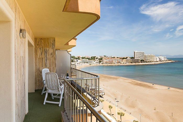 Fantastic apartment with a built surface of 73m2 located in front of the sea, the promenade with its shops and restaurants