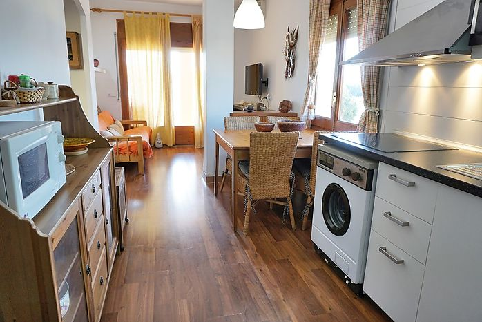 Apartment with an area of 56m2, renovated with terrace 30m from the beach of Riells and shops