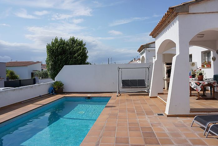 House with an area of 125m2 ground floor, swimming pool and 800m from the beach of Riells in L'Escala.