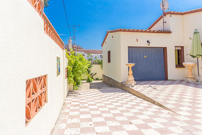 Beautiful house to the four winds of 115 m2 built on the ground floor on a flat plot of 317 m2.