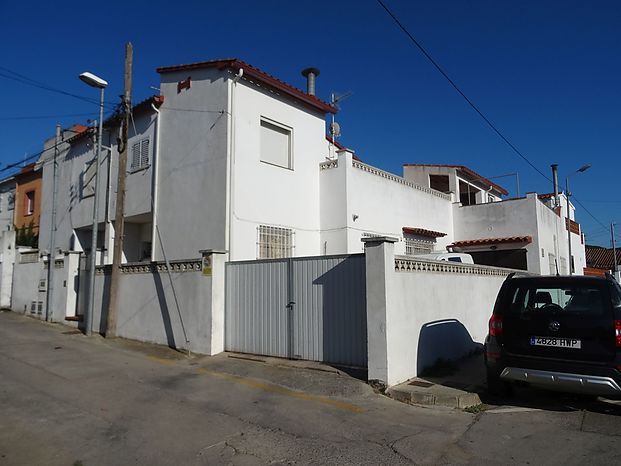 Large corner house of 154 m2 with 6 bedrooms, 2.5 bathrooms. Large garage for 3 cars