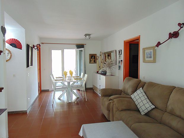 Nice and bright apartment of 80 m2 located in the port of L'Escala, with two terraces.