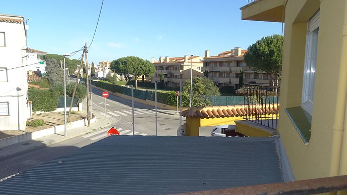Building for sale in L'Escala of 451 m2, consisting of a restaurant and two apartments.