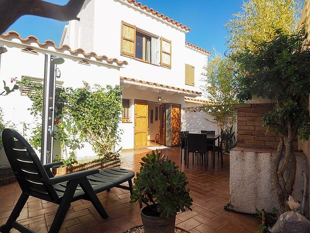 House in good condition located approximately 500m from the beach of Riells and shops.