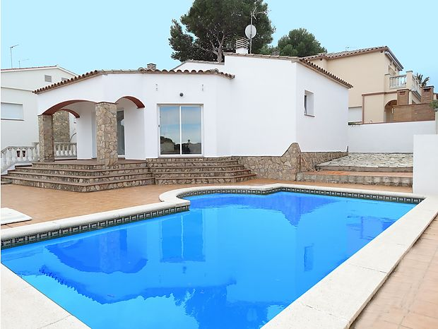 Large house with a built area of 159 m2 with a private pool of 32 m2.