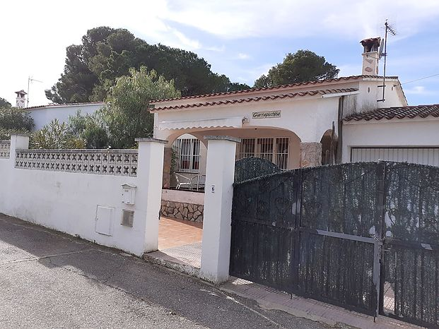 Individual house located in a quiet area, with communal pool and garden