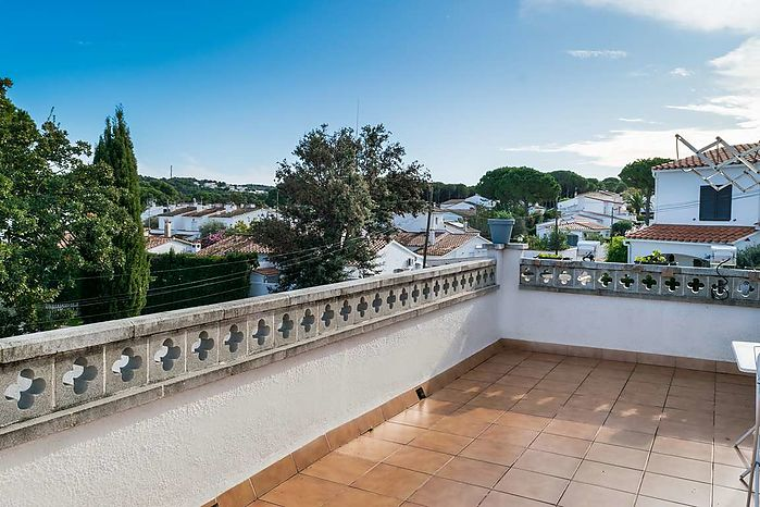 Modern house with private pool, located just 600m from the beach and shops.