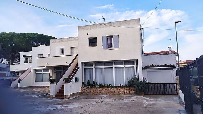 Large apartment partly renovated with an area of 39 m2 useful (58m2 built according to cadastre)