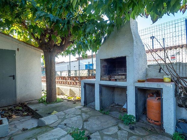 Detached house with garden located near the supermarkets, in a passage.