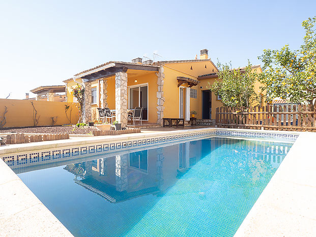 Ground floor house with private pool and garden