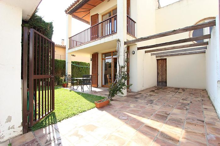 Pretty, recently renovated terraced house located in a complex with community swimming pool. Ideal for your beach vacation. 950m from the beach