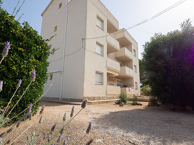 Apartment with an area of 63 m2 located on the first floor without elevator and about 800 m from the beach of Riells