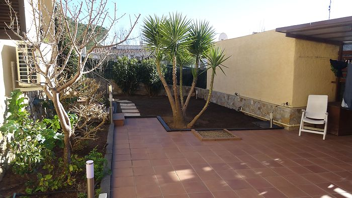 House of 144 m2 on a plot of 320 m2 for sale about 500m from the beach of Riells