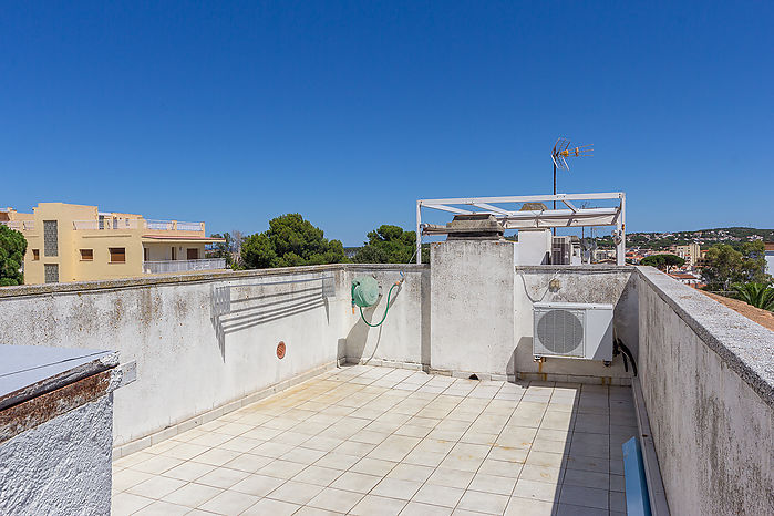 Duplex apartment of 51 m2 + 6 m2 of terrace in the 2d floor for sale in Riells.
