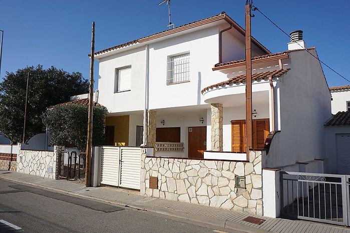 Catalonia 21 Real Estate Consulting in L'Escala offers this house (100 m2) with 3 bedrooms, 1 bathroom. Ideal for a family. Ref 494