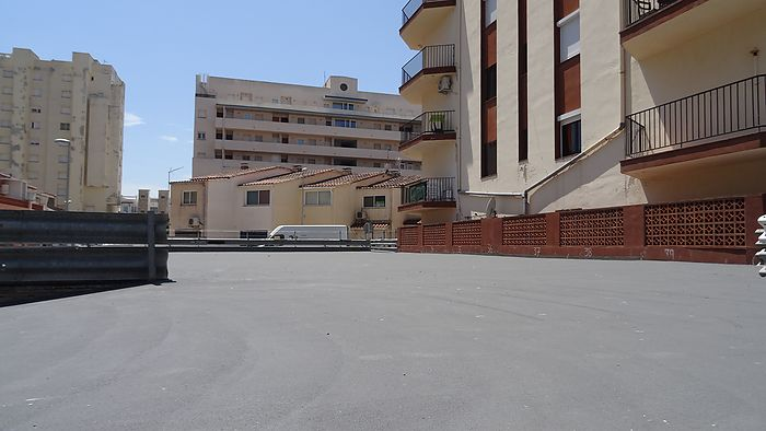 Individual outdoor parking spaces for sale in Empuriabrava close to a shopping center